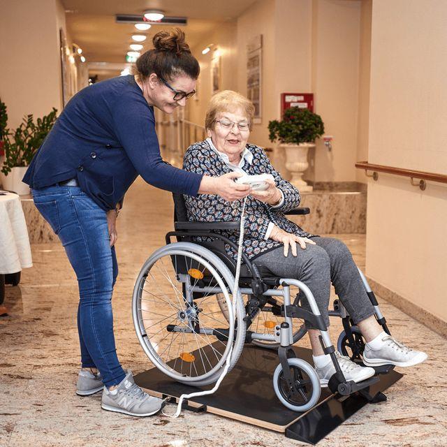Elektronische Rollstuhlwaage RW-20 (bis 300kg) mit Kabelfernanzeige inkl. Auffahrrampe, neue Serie, für manuelle oder elektrische Rollstühle, ungeeicht